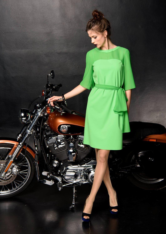 Платье З148-378 - Нарядное платье прямого силуэта выполнено из двух фактур тканей одного цвета. Спинка с отлетной кокеткой. Пояс-бант можно также использовать в качестве шарфика.