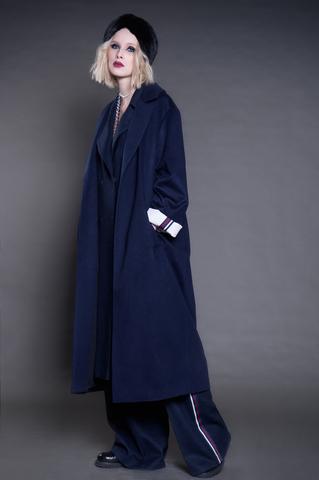 Длинное пальто из кашемира с отворотами на рукавах.