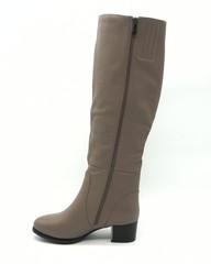 Бежевые ботфорты из натуральной кожи на каблуке