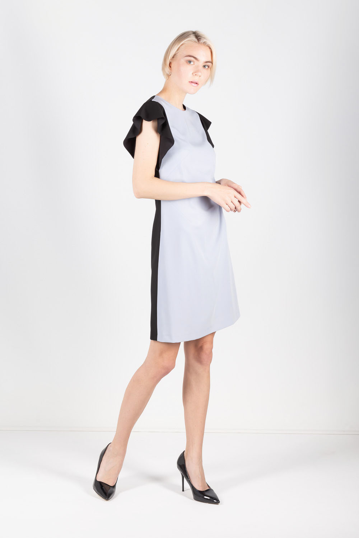 Платье З426-705 - Двуцветное комбинированное платье прямого силуэта. Свободный прямой силуэт безупречно сядет на любой тип фигуры.Нестандартный, интересный крой платья позволяет выделиться из толпы и подчеркнуть достоинства, визуально скрыть недостатки фигуры. Уникальность придают кокетливые рукава-крылышки и глубокий V-образный вырез на спине, контрастно декорированный элементами из основной ткани. Оптимальная длина платья на ладонь выше колена.Нежный голубой тон платья прекрасно сочетается с классическим черным цветом.Дополните свой гардероб этим стильным платьем, оно будет вас выручать при различных событиях жизни