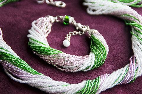 Комплект из бисера розово-зеленый 24 нити