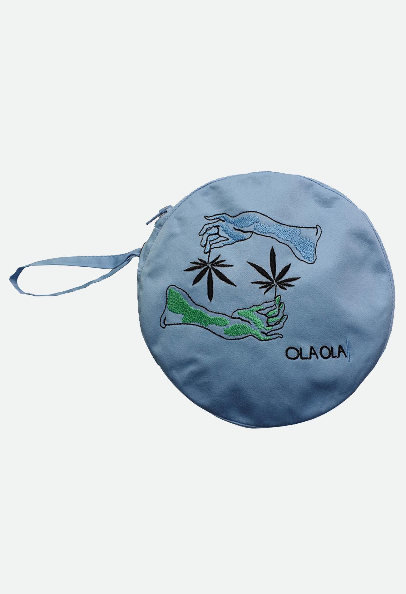 Круглая голубая сумочка с вышивкой рука