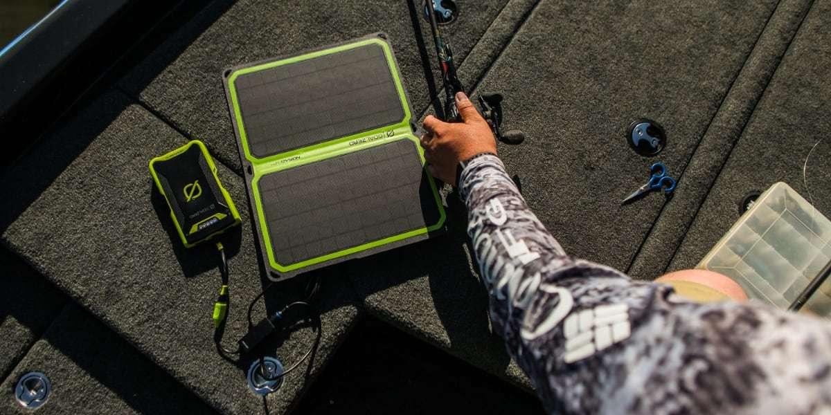 Солнечная панель Goal Zero Nomad 14 Plus в руках