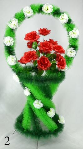 Корзина украшенная цветами Роз и гвоздик.