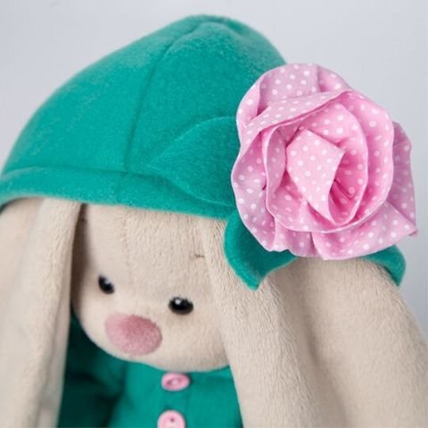 Зайка Ми в изумрудном пальто с розовым цветочком