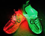 Светящиеся кроссовки с USB зарядкой на шнурках, цвет белый, светится верх. Изображение 10 из 23.