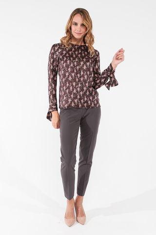 Фото удлиненная коричневая блуза с цветочным принтом и каплевидным вырезом на спинке - Блуза Г704-170 (1)
