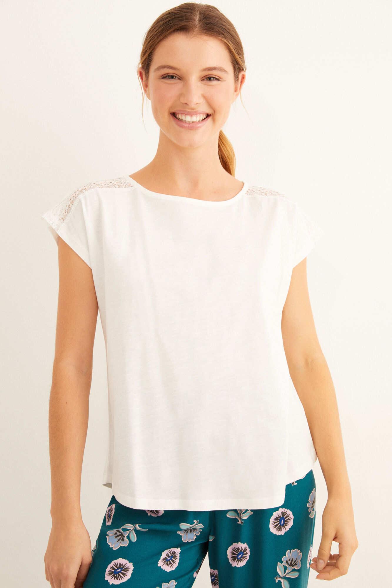 Біла футболка з короткими рукавами і мереживом