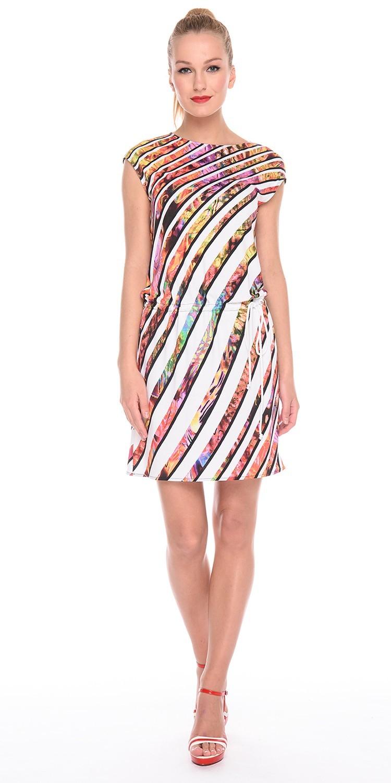 Платье З167-207 - Трикотажное платье со спущенной линией плеча и вырезом лодочкой. Модель на кулиске, что позволяет носить ее с напуском, скрывая возможные недостатки в области талии или бедер. Приятная на ощупь, комфортная ткань для повседневной носки. Яркий и необычный принт не оставит вас равнодушной. Эта модель станет неотъемлемой частью летнего, повседневного гардероба.