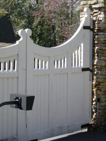 деревянные ворота белого цвета