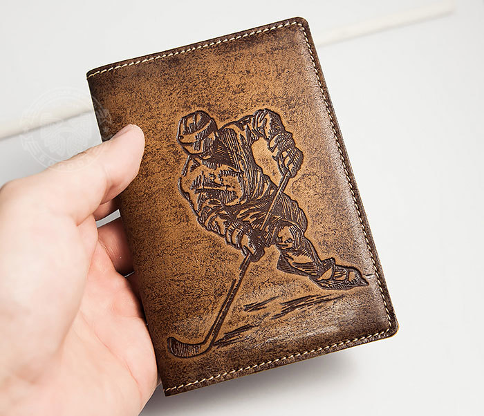 BY14-38-02 Обложка для паспорта «Хоккей» из натуральной кожи фото 03