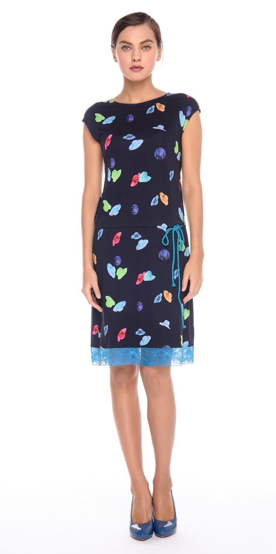 Платье З167а-235 - Трикотажное платье со спущенной линией плеча и вырезом лодочкой. Модель на кулиске, что позволяет носить ее с напуском, скрывая возможные недостатки в области талии или бедер. Приятная на ощупь, комфортная ткань для повседневной носки. Яркий и необычный принт не оставит вас равнодушной. Эта модель станет неотъемлемой частью летнего, повседневного гардероба.