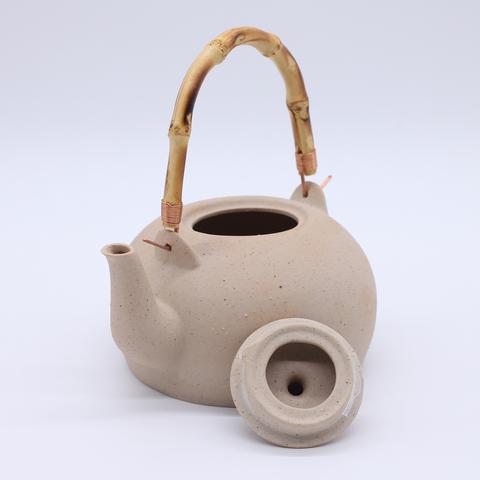 Чайник глиняный для кипячения, светлый с бамбуковой ручкой, 700мл
