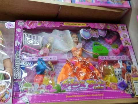 Кукла с набором различных женских аксессуаров