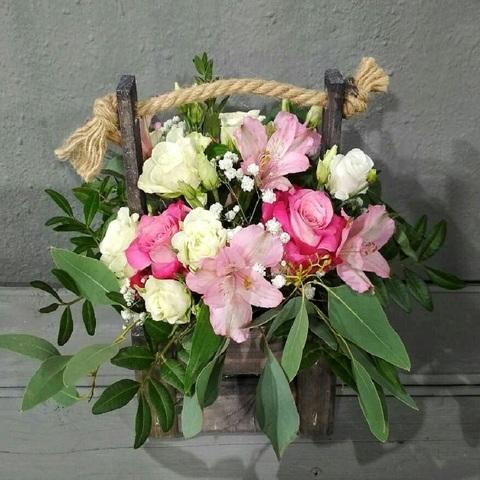 Деревянная корзина с розами, альстромериями и зеленью