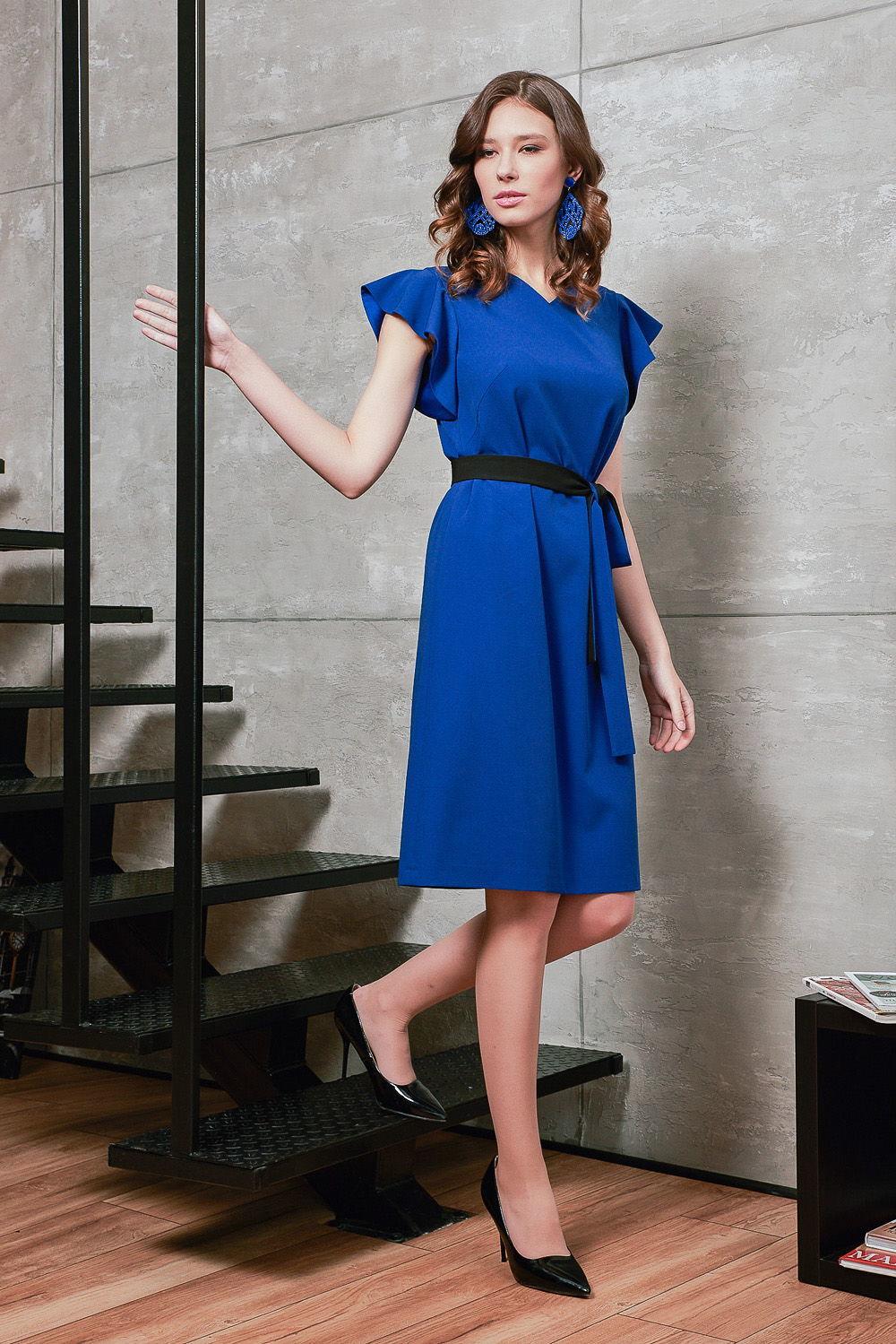 Платье З426а-707 - Восхитительное платье синего цвета, который ассоциируется с порядком, организованностью и целеустремленностью.Черный контрастный пояс четко выделяет линию талии. Кокетливость и озорство придают изящные рукава-крылышки.Свободный фасон безупречно подойдет при любом типе фигуры и поможет скрыть возможные проблемные места. Не стесняет движений.Платье цвета деним уместно в офисе, на дружеских посиделках или торжественном мероприятии.