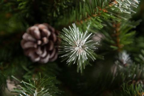 Искусственная елка Императрица с шишками 90 см в мешочке заснеженная