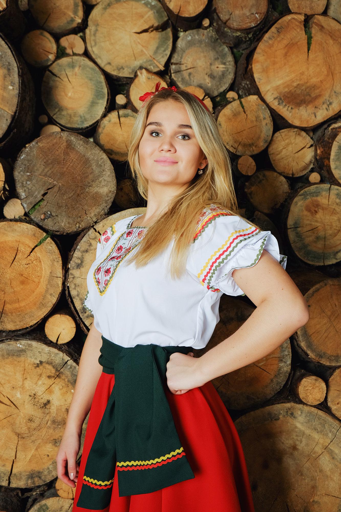 костюм Маков цвет в русском стиле вид сбоку