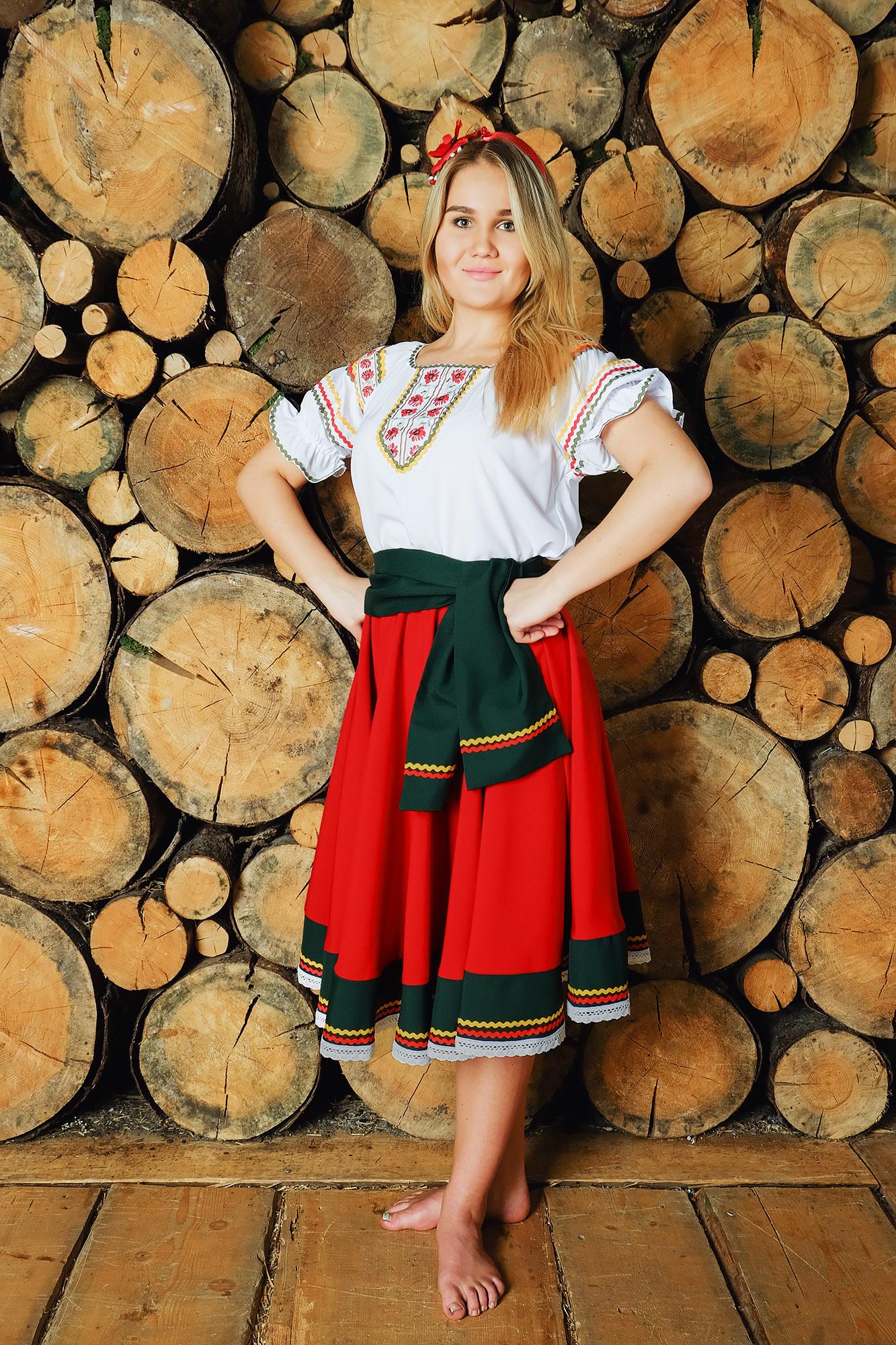 костюм Маков цвет в русском стиле на фоне