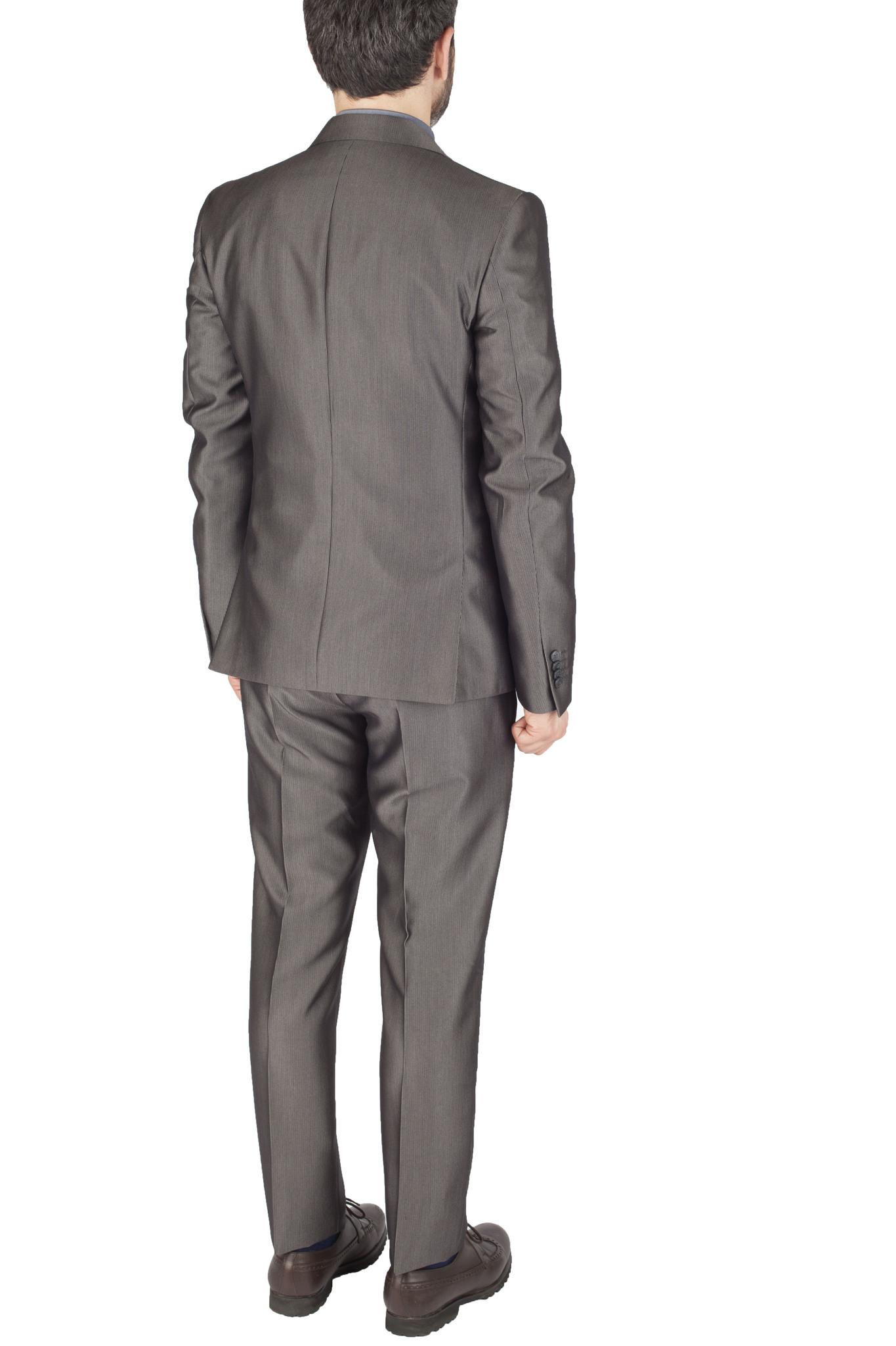Серый немного блестящий шерстяной костюм продюсера рок-группы