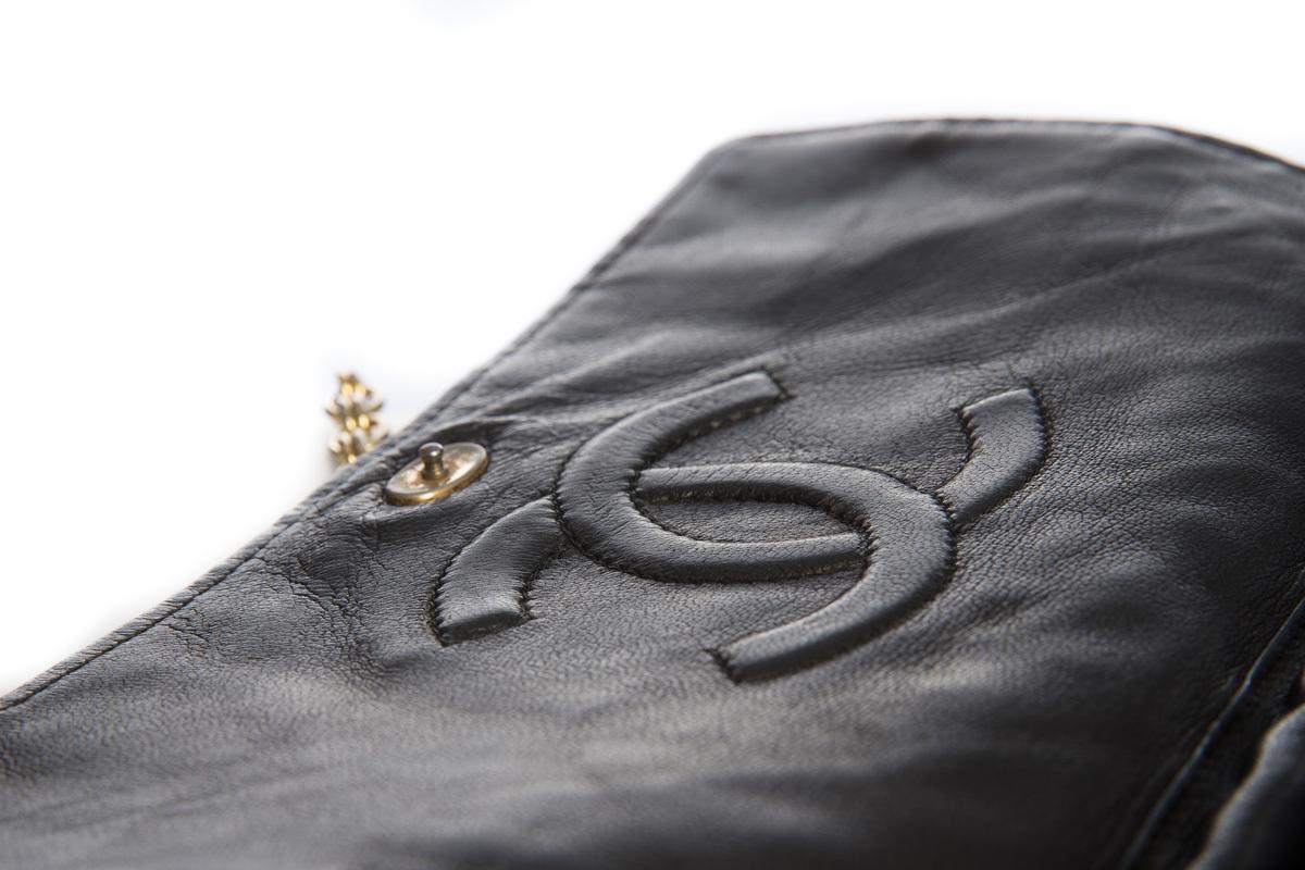 Элегантная сумочка из черной кожи от Chanel