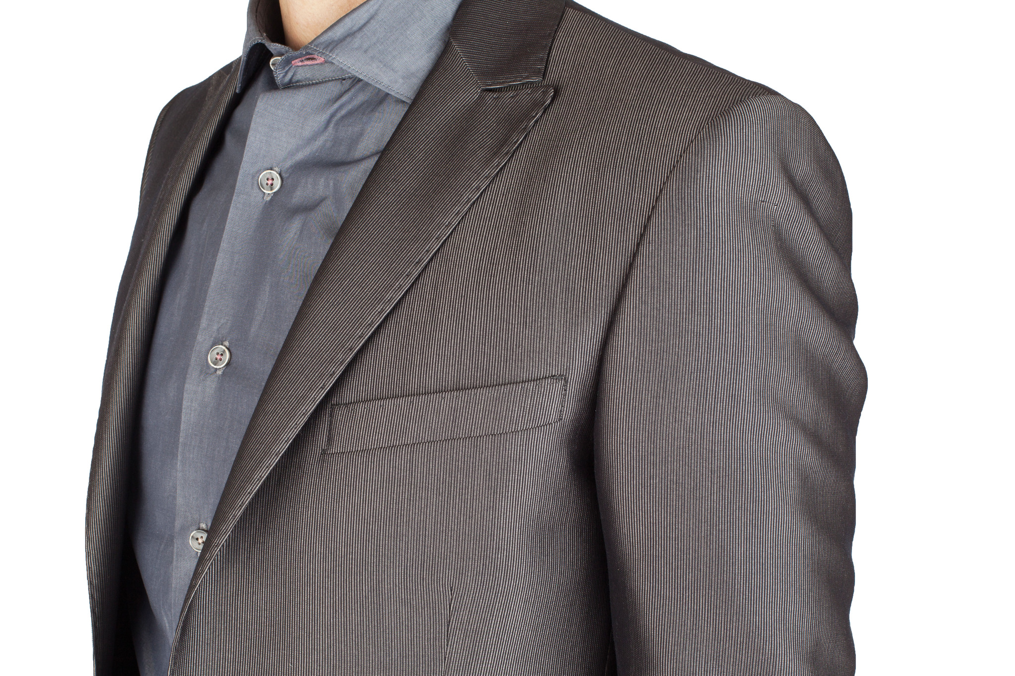 Серый немного блестящий шерстяной костюм продюсера рок-группы, нагрудный карман