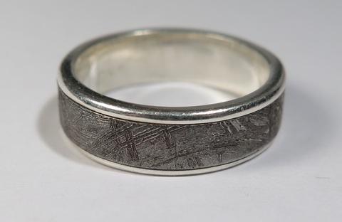 Серебряное кольцо с вставкой из метеорита Сеймчан или Муонионалуста