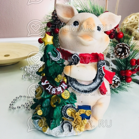 Копилка большая свинка Озорная с подковой удачи на ёлке (22х19х17)