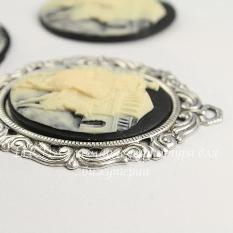 """Камея """"Колесница"""" цвета слоновой кости на черном фоне 40х30 мм"""