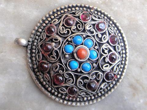 Кулон круглый с камнями