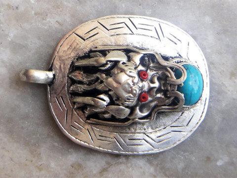 Кулон Голова дракона с камнем
