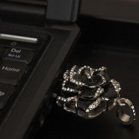 Usb флешка-кулон со стразами в форме цветка черного цвета jf_p_rose_black