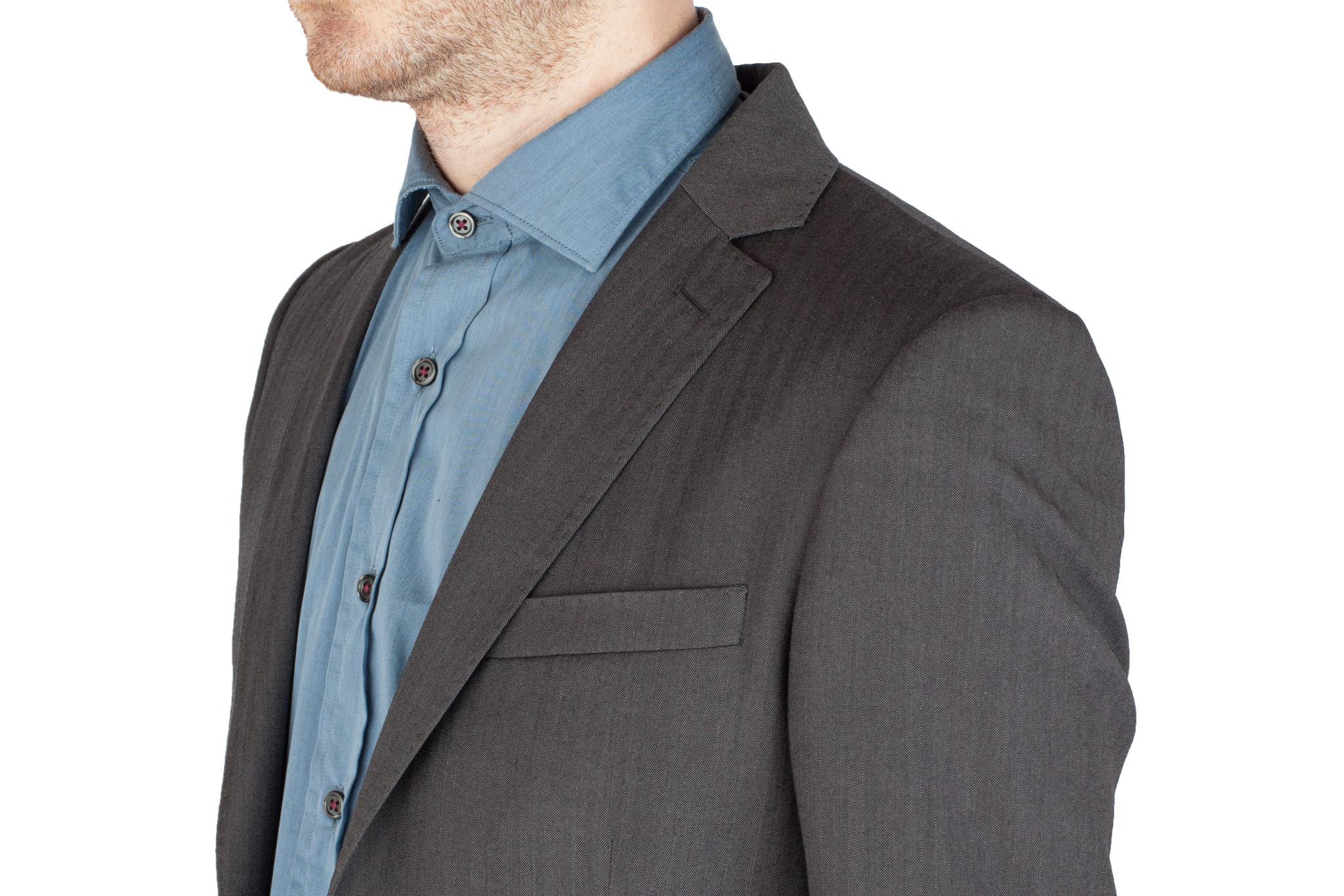 Серый шерстяной костюм «в ёлочку», нагрудный карман