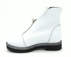 Белые ботинки на замке