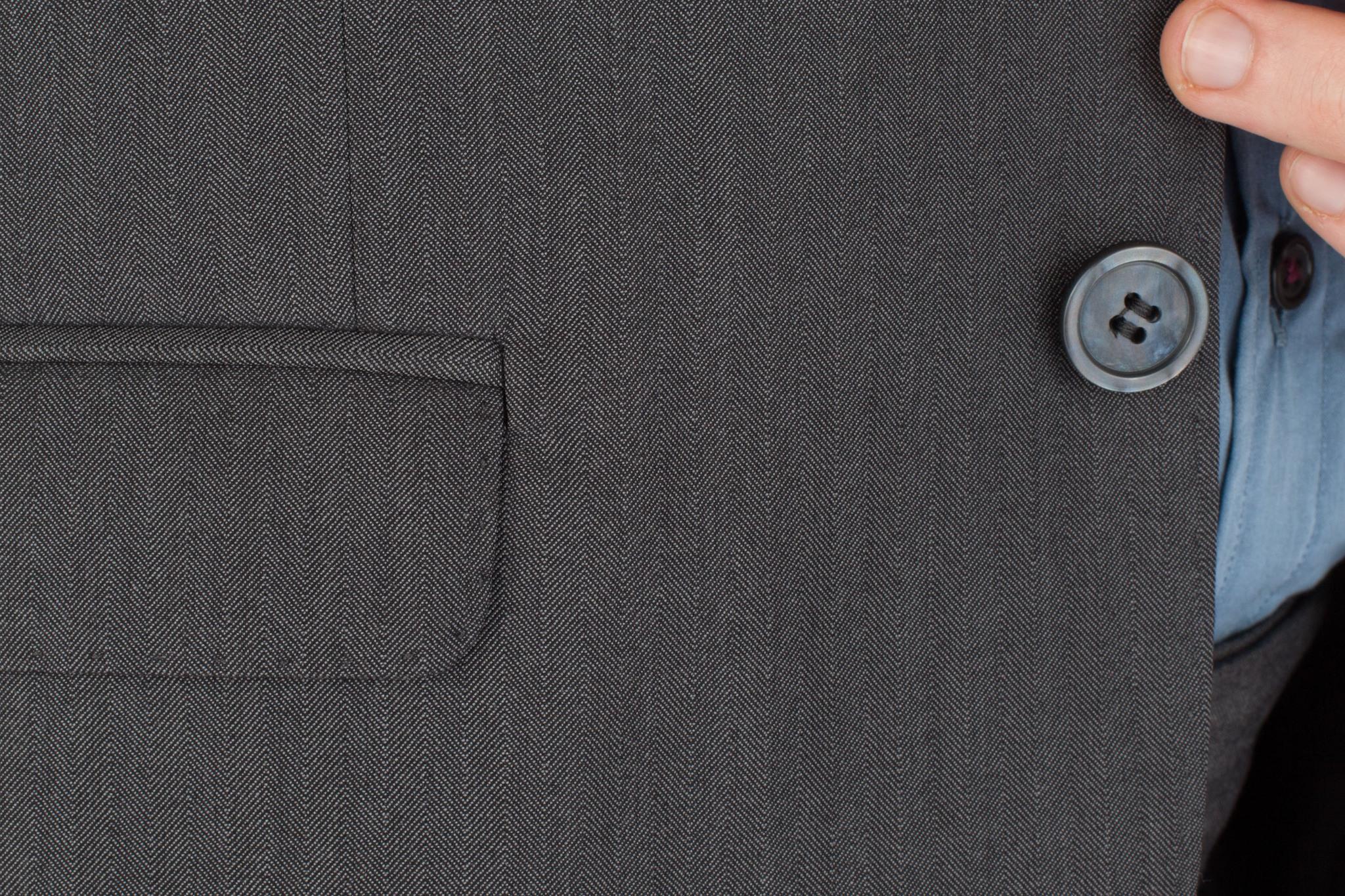 Серый шерстяной костюм «в ёлочку», накладной карман