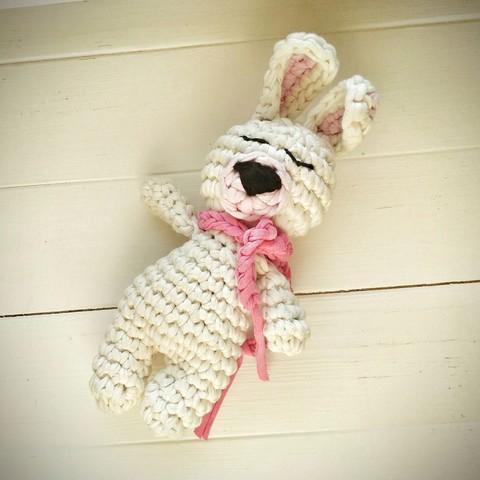 Іграшка зайчик білий в'язаний з трикотажної нитки