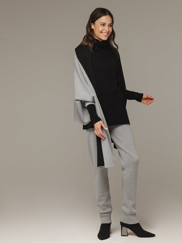 Женский шарф с рукавами и комбинацией серого и черного цветов из 100% шерсти - фото 4