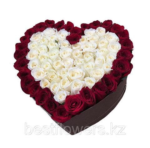 Сердце в коробке из белых и красных роз