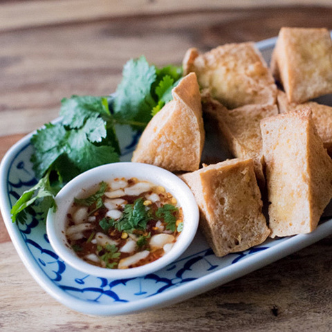 https://static-ru.insales.ru/images/products/1/5538/124892578/fried_tofu_with_sweet_chili_sauce.jpg