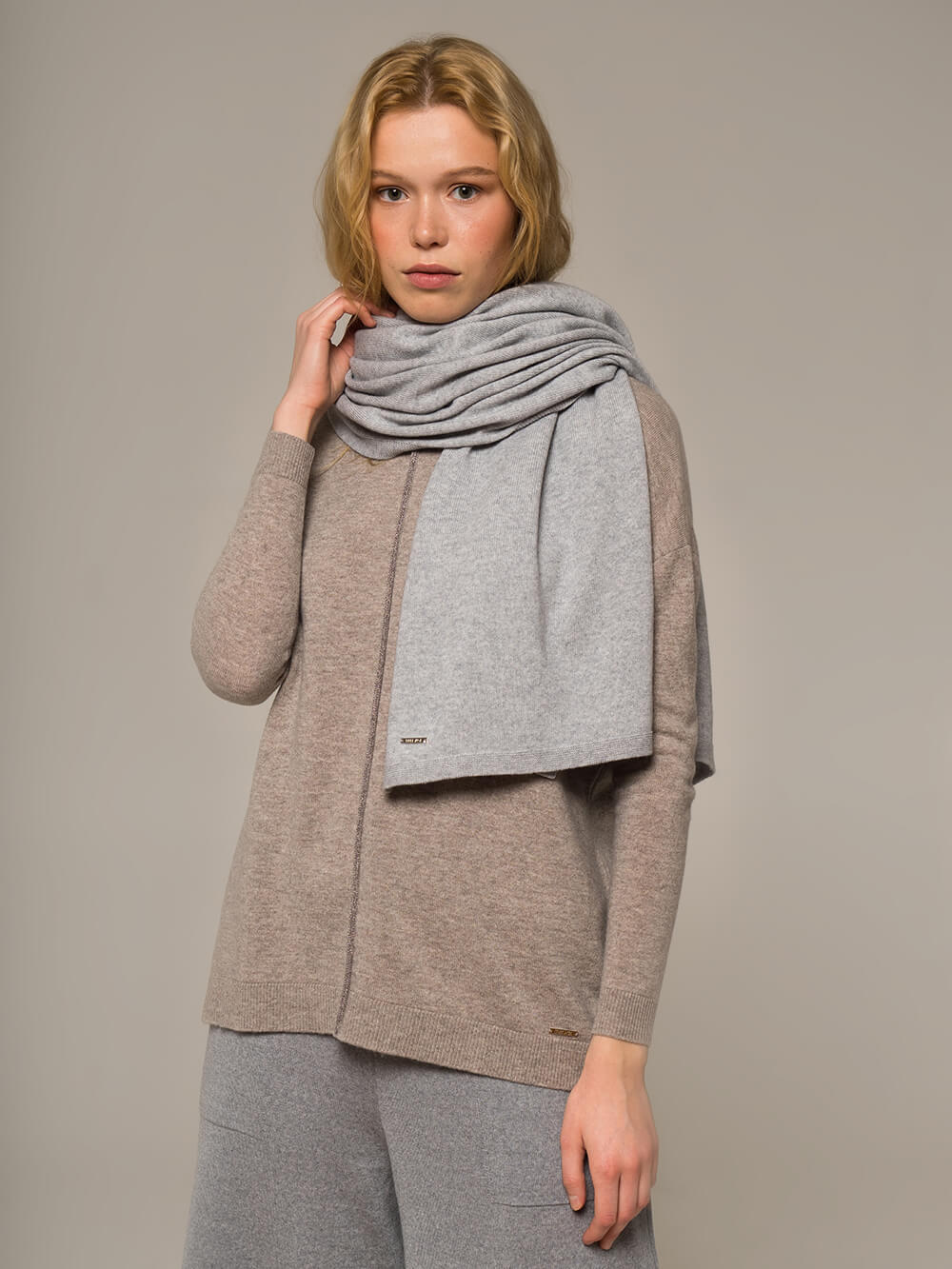 Женский шарф цвета серый меланж - фото 1