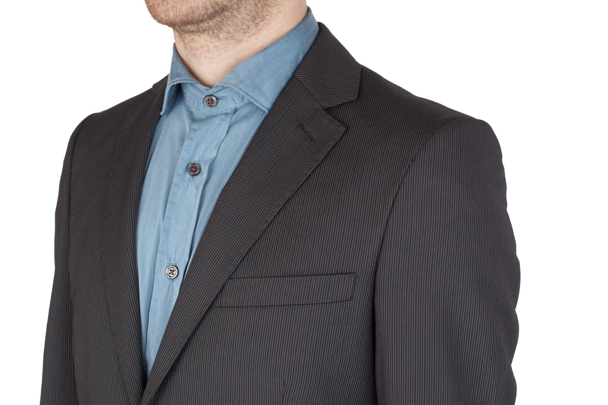 Тёмно-серый шерстяной костюм в тонкую светлую полоску, нагрудный карман