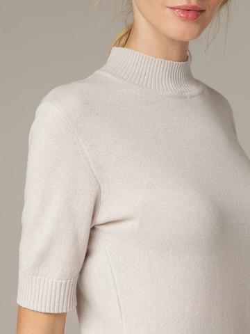 Светло-серый джемпер из тонкого кашемира с коротким рукавом и стойкой - фото 4