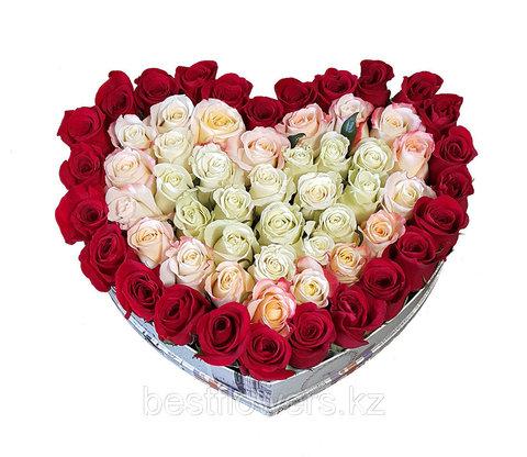 Сердце в коробке из белых и красных роз 8