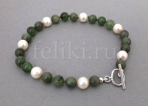 бело-зеленый браслет из натурального нефрита и жемчуга_фото