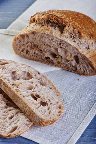 Хлеб с грецким орехом и льном