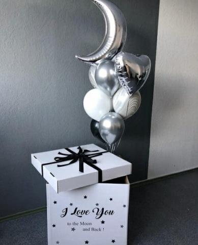 Белая поздравительная коробка с белыми и серебряными шарами и надписью I love you