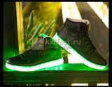 Светящиеся высокие кроссовки с USB зарядкой Fashion (Фэшн) на шнурках и липучках, цвет черный, светится вся подошва. Изображение 16 из 22.