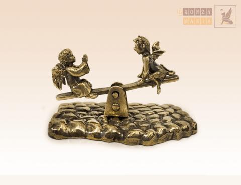 фигурка Ангелочек и Чертенок на качелях на брусчатке