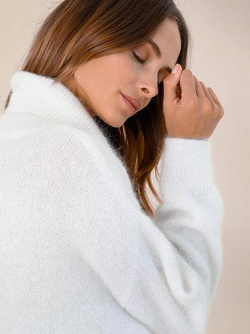 Женский свитер молочного цвета из ангоры - фото 3