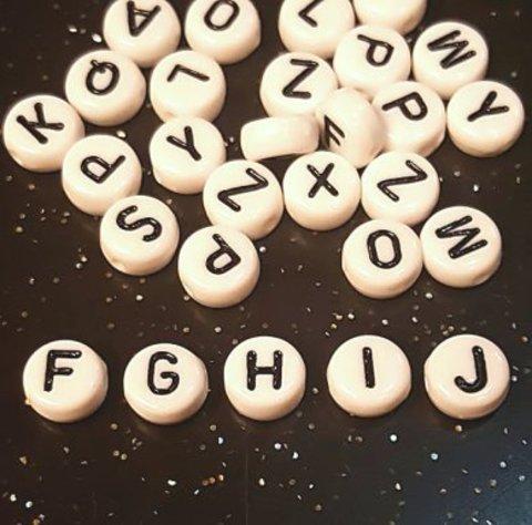 Бусина из белого акрила - буква «I»